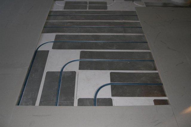 """Вот бетонный пол,  """"сглаживает """" эти вопросы.  В вашем... здесь наглядно видно, что в углах нет пластин..."""